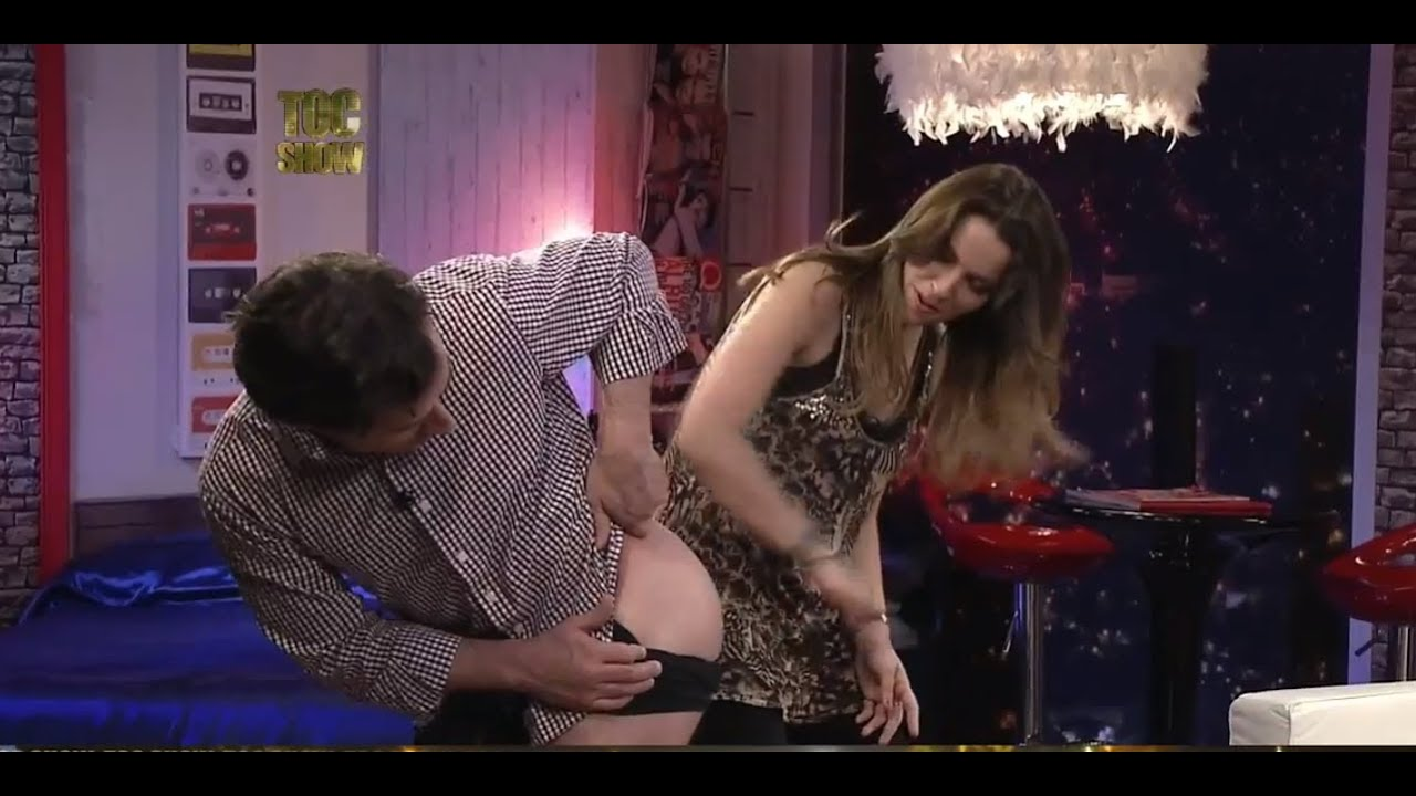 Abierta de piernas en tv - 1 10