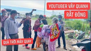 Quá trời đông youtuber vây quanh anh em Khương Dừa khi hỗ trợ bà con về quê, choáng thiệt sự!!!