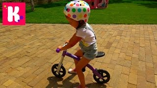 Балансир и супер шлем M-cro Катя учится ездить на беговеле Катаемся на велобеге Конфеты для фанов