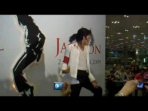 Michael Jackson Best impersonator performs Black or white & Beat It !