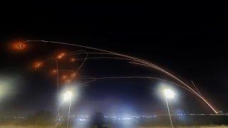 شاهد: وابل من الصواريخ تستهدف مواقع إسرائيلية ونظام القبة الحديدية يعترض بعضها…