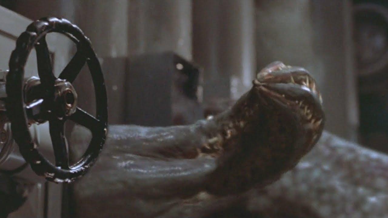 童年陰影!深海異獸襲擊遊輪,智商與人媲美,吐出的黏液直接腐蝕血肉!經典恐怖片《極度深寒》