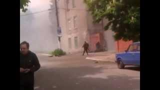 Мариуполь. одним ублюдком меньше  9 мая 2014(героям УВД города Мариуполя слава! видео - Александр Харин http://vk.com/videos3874687 Общественное движение АНТИМАЙД..., 2014-05-09T14:44:10.000Z)