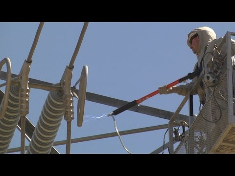 PG&E Teaches Linemen How to Work on Energized Power Lines