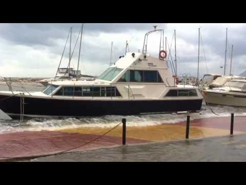 Ακυβερνητο σκαφος διαλυεται στην Μαρινα
