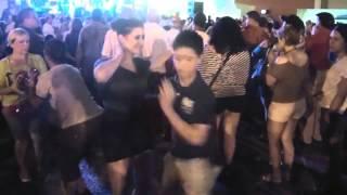 Este chiquito le enseño a esta bailarina profesional como se baila salsa, WOW solo