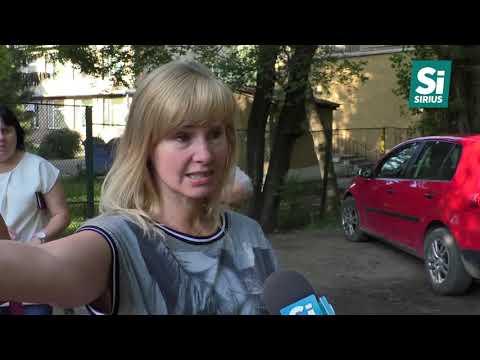 Жителі вулиці Грушевського в Ужгороді щодня змушені діставатись до осель через калюжі