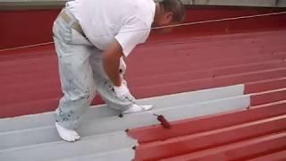 折半屋根のさび止め下塗り作業の動画映像。横浜塗装職人 thumbnail
