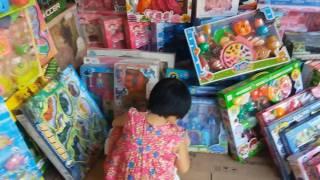 Đi mua đồ chơi   Gia Linh đi mua đồ chơi búp bê pony đồ chơi nấu ăn tặng thành viên