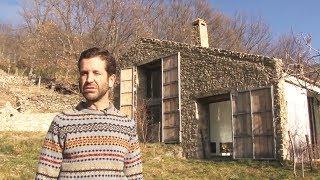 Er sagt, seine Familie lebe in diesem Kuhstall. Als wir hineinschauen..WOW! thumbnail