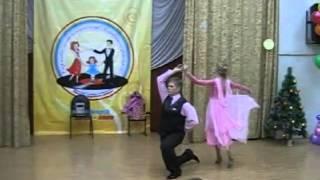 Папа и дочь танцуют вальс Бостон.