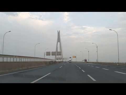 武汉.. china Wuhan an advanced city car ride towards airport.