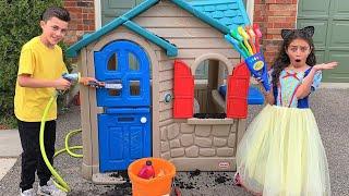 يلعب الأطفال مع منزل لعبة. Heidi & Zidane