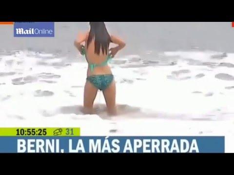 Nữ phóng viên xinh đẹp bị sóng đánh tụt bikini trên sóng truyền hình trực tiếp