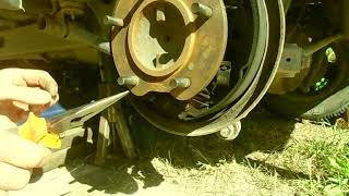 Замена задних тормозных колодок Сузуки гранд витара  (Снятие)