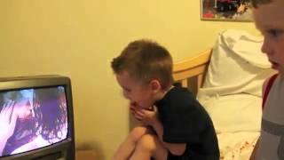 Реакция мальчика на поцелуй в фильме. Какой лапочка *-*