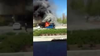 """Горит микроавтобус возле гостиницы """"Металлург"""" (видео читателя)"""