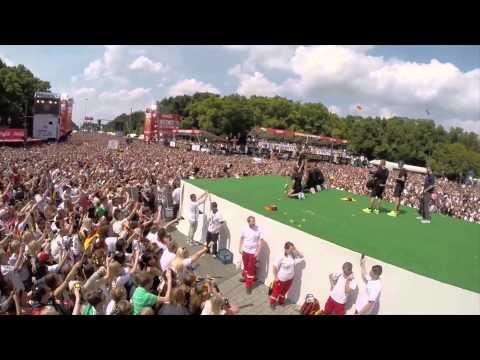 Deutschlands Weltmeister mit Pokal in Berlin | Thomas Müller macht die Humba, Helene Fischer singt