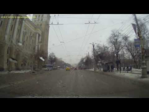 Внедорожник без номеров устроил аварию в центре Воронежа