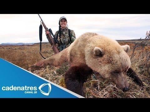 Conductora de TV es repudiada por cazar animales y publicar las fotos de sus presas