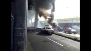 足立区梅田。軽トラックが追突事故の後、小爆発しながら大炎上。東京都。