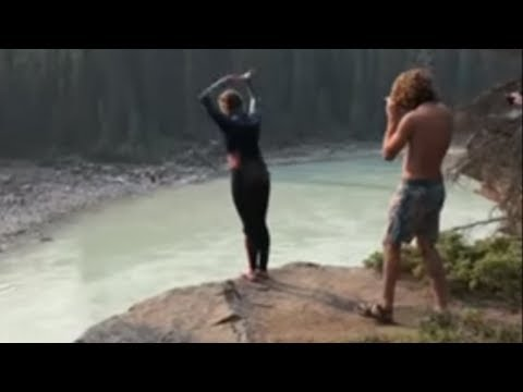 Cliff diver performs incredible double flip for tourists