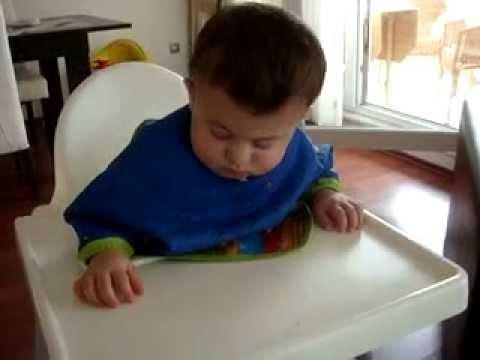 Yemek yerken uyuyan bebeğin hali Çok tatlı :)