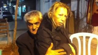 אליאס החרמן עם לינדה ברחוב
