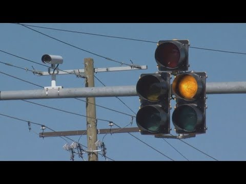 Rainy Conditions Cause Traffic Light To Break In Auburndale