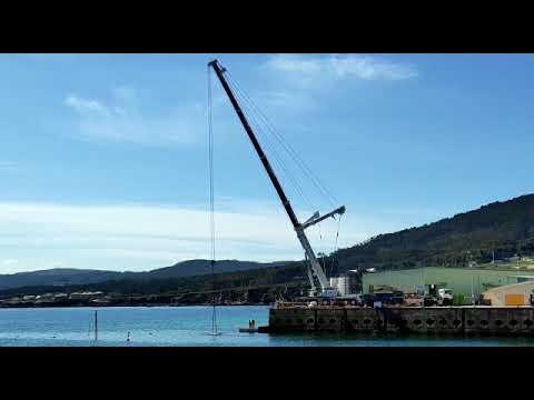 Comienzan a colocar los grandes bloques del nuevo dique de abrigo del puerto de Burela