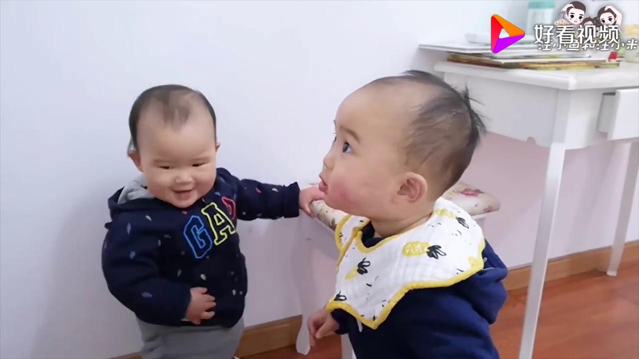 双胞胎妹妹跌跌撞撞不敢走,哥哥相伴左右,随时充当扶手,太逗了