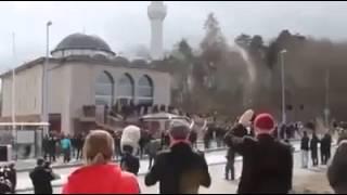 مسجد تم اغلاقه وتشميعه بواسطة الحكومة البريطانية الا ان صوت الاذان لا يزال يسمع