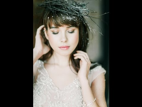 Fausta - Морозная нежность. Невеста в этом платье будет выглядеть хрупкой и манящей. Легкая, юбка из атласа и шелковой органзы придает изделию эффект невесомости и прозрачности. Расшитый серебряными нитями корсет притягивает взгляд своей сдержанной сексуальностью. Взору жениха открываются лишь небольшие участки тела. Тонкая грань приличия и откровения платья Fausta сделает ваше торжеством незабываемым.