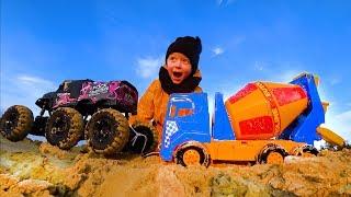 Забавный Лёва Играет в Большой Песочнице Бетономешалкой, Экскаватором и Монстр траком.