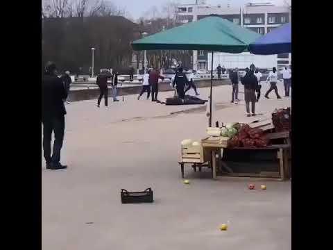 Массовая драка фанатов в Обнинске попала на видео Футбольные фанаты напали на уличных торговцев
