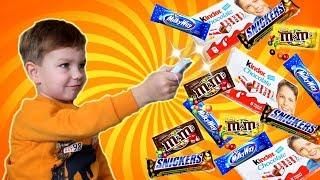 Марк нашёл ВОЛШЕБНЫЙ ПУЛЬТ?!!! Конфеты и сладости из телевизора.
