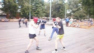 Открытая тренировка по боксу в Парке Горького в Москве