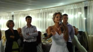 Невеста читает реп жениху на свадьбе
