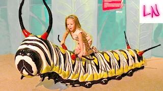 ВИДЕО ДЛЯ ДЕТЕЙ семья и путешествия ВЛОГ с мамой Огромная гусеница и САД БАБОЧЕК влог vlog