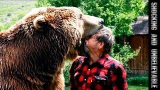 Русские кормят медведя с рук