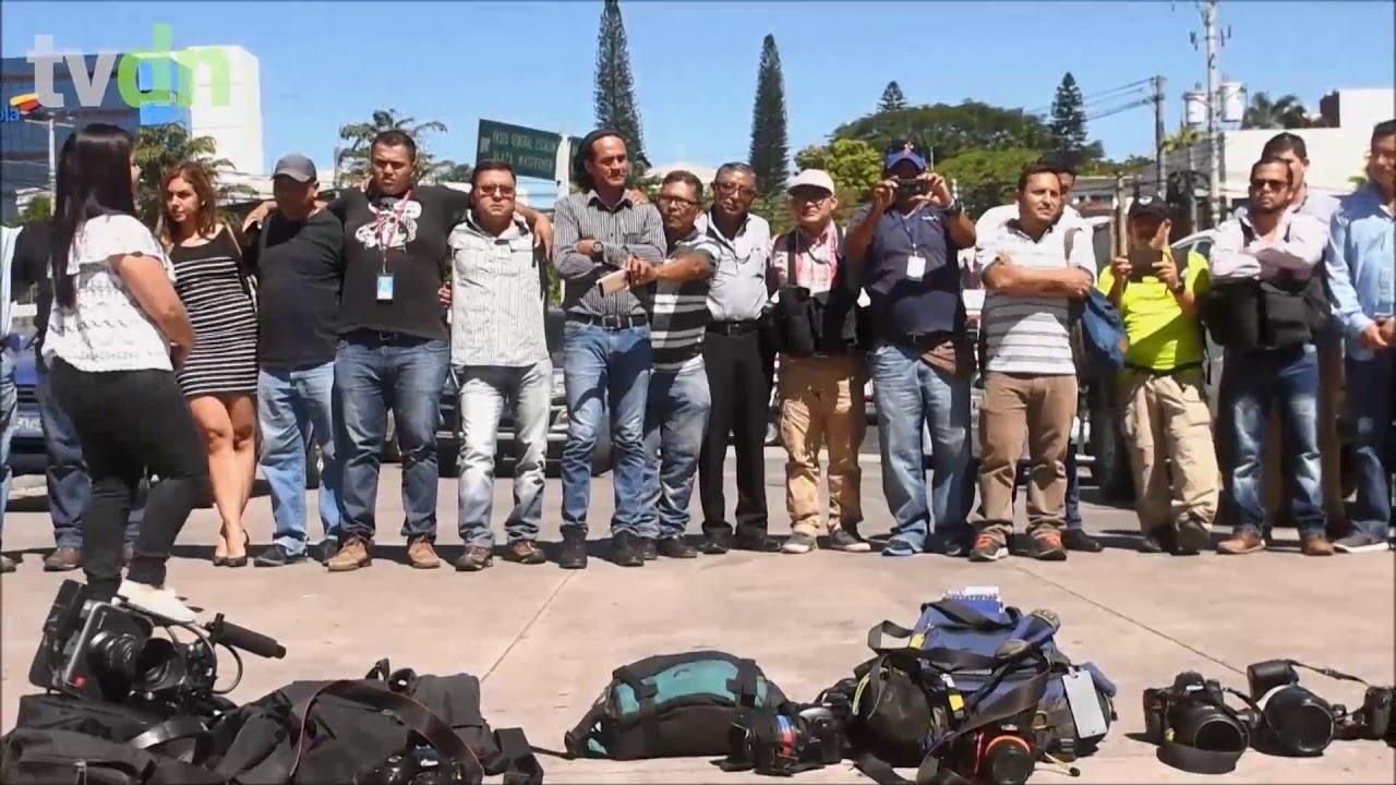 Jornalistas homenageiam cinegrafista morto em El Salvador