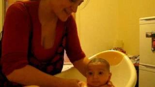 bebegime banyo yaptiriyorum