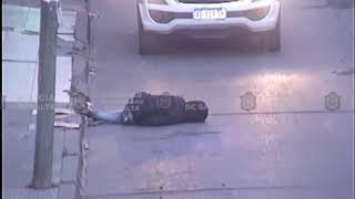 Video: Ebrio con sueño se duerme en la calle