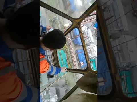 Крановщик работает в козловой кран