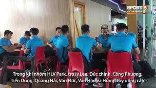 Xuân Trường ăn bánh mì, Văn Toàn khoe đồ hiệu tại sân bay Nội Bài | AFF Cup 2018