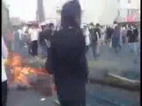 Iranians are making barricades in the streets of Tehran