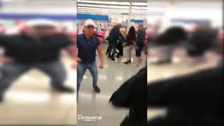 Familia golpea a policías de Walmart, por no dejar jugar a su hija con una pelota de la tienda.