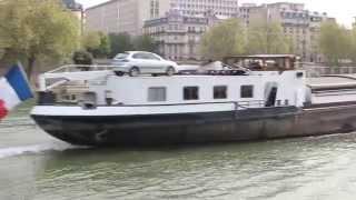 PARIS: Péniche sur la Seine.