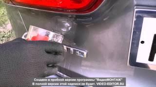 Удаляем шильдик с крышки багажника