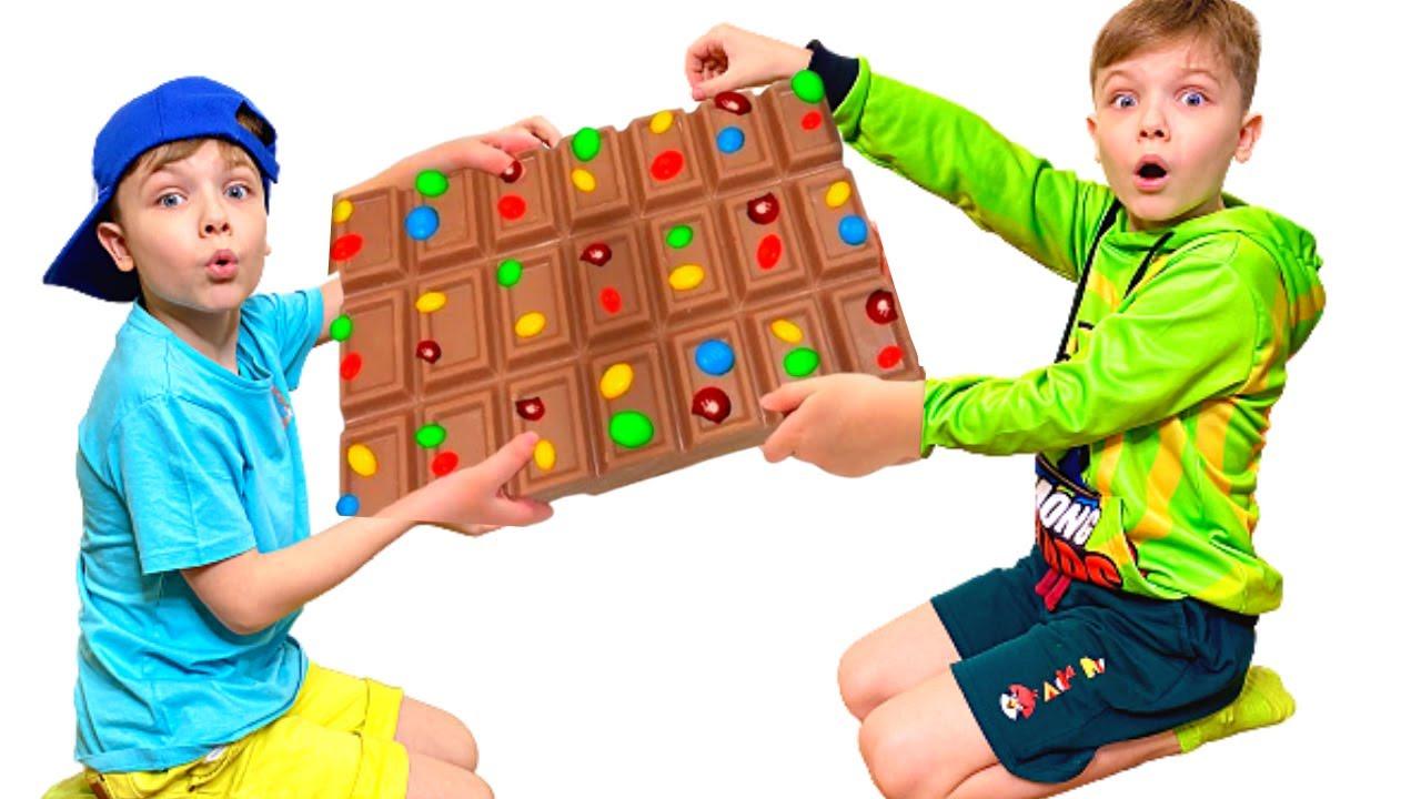 Андрей учит и играет в сладости и шоколад